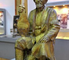 Токтогул Сатылгановдун 150 жылдыгына орнотулган айкели. Архив