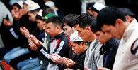 Молитва жителей Бишкека в мечети. Архивное фото