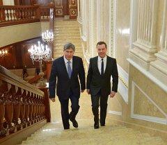 Архив: Медведев и Атамбаев во время встречи в резиденции Горки