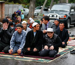 Пятничная молитва жителей Бишкека в мечети
