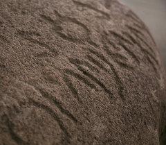 Петроглифы на камне га выставке Енисейские кыргызы. Архивное фото