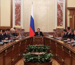 Архив: Медведев министрлер кабинетинин жыйынын өткөзүп жатат.