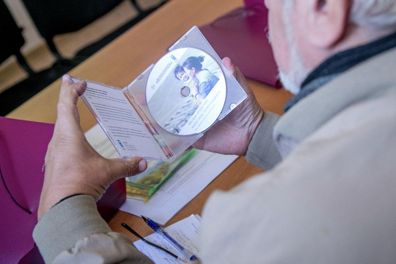 Журналистам организаторы раздали CD диски с информацией о Суусамыре.