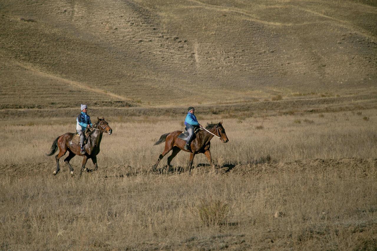 Долина Суусамыр. Дети верхом на лошадях.