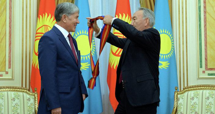 Назарбаев вручил Атамбаеву орден Достык I степени