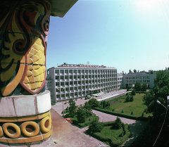 Бишкектеги илим академиясынын имараты. Архив