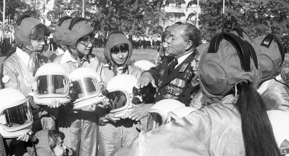 Талгат Бегельдинов общается с ребятами из кружка юных летчиков