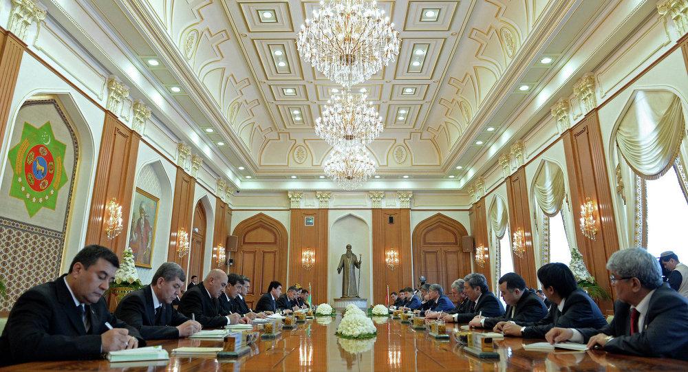 Президент Кыргызстана Алмазбек Атамбаев провел переговоры в расширенном составе с президентом Туркменистана Гурбангулы Бердымухамедовым