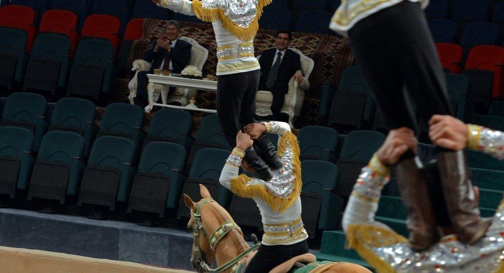 Президент Атамбаев сходил на цирковое выступление в Туркменистане