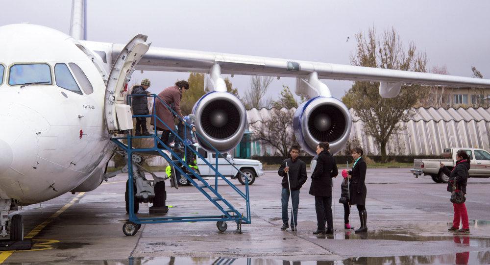 Пассажиры выходят с самолете в аэропорту. Архивное