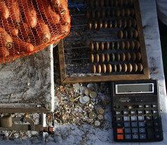 Калькулятор на продовольственной ярмарке. Архивное фото