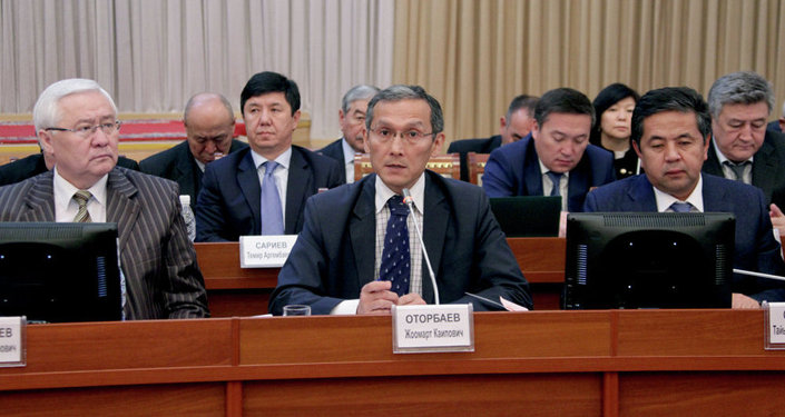 Джоомарт Оторбаев на пленарном заседании парламента
