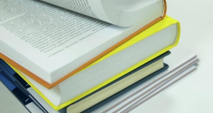 Книги на столе листают