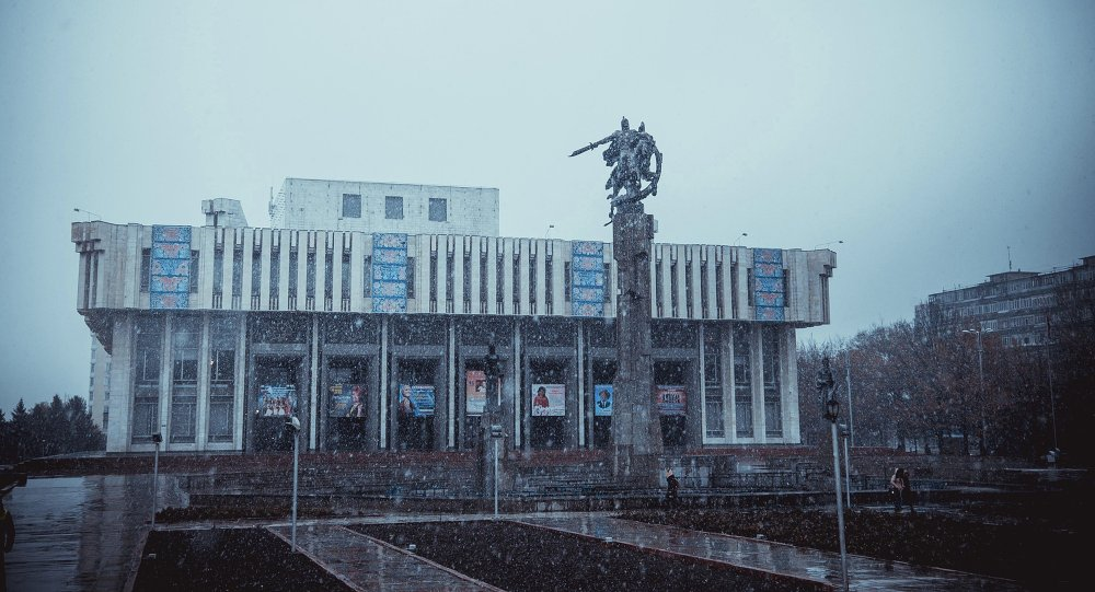 Здание государственной филармонии им. Т.Сатылганова в ненастную погоду