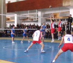В Бишкеке проходит турнир по волейболу памяти Суйменкула Чокморова