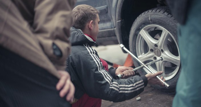 В Бишкеке водители автомобилей переобувают своих железных коней