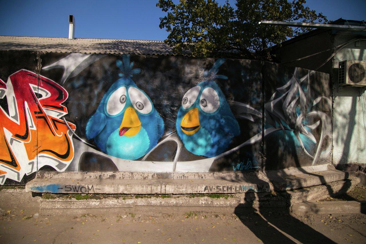 Злые птички (Angry Birds) присели отдохнуть на бетонные парапеты Бишкека.