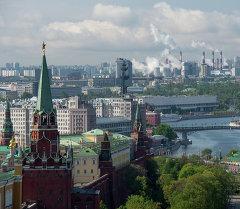 Вид на башни Московского Кремля и здание Центрального Дома Художника в Москве. Архивное фото