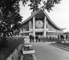 Главный павильон ВДНХ Киргизской ССР в городе Фрунзе (Бишкек). Архивное фото