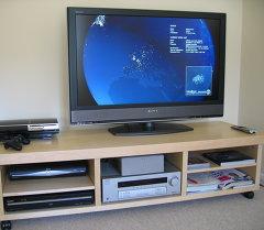 Телевизор и видеотехника на стойке