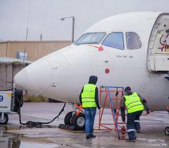 Предполетная подготовка самолета в аэропорту Манас