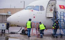 Технический персонал аэропорта Манас проводят предполетную подготовку самолета местного авиарейса. Архивное фото