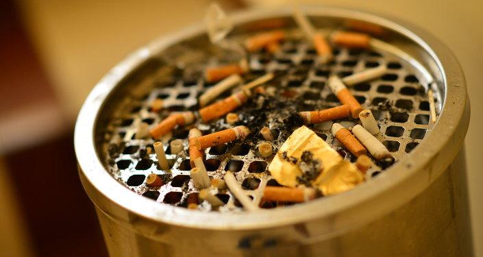 Заполненный окурками пепельница. Архивное фото