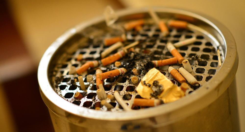 Заполненный окурками пепельница