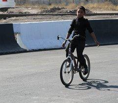 Мальчик на велосипеде пробует новую дорогу