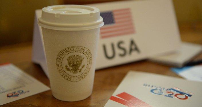 Герб и флаг США. Архивное фото