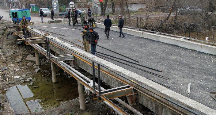 На улице Ленской идет ремонт моста