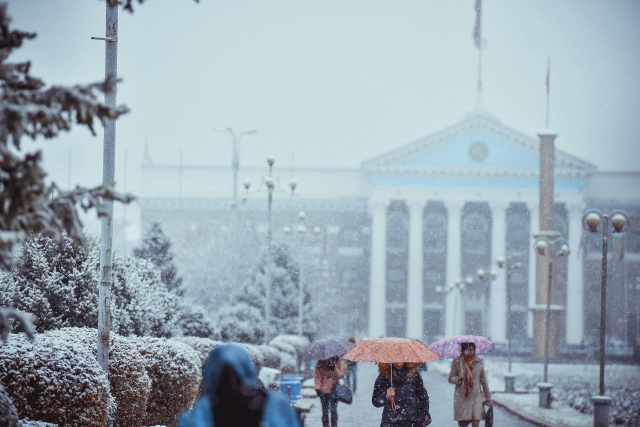 Здание мэрии в день настоящего первого снега.