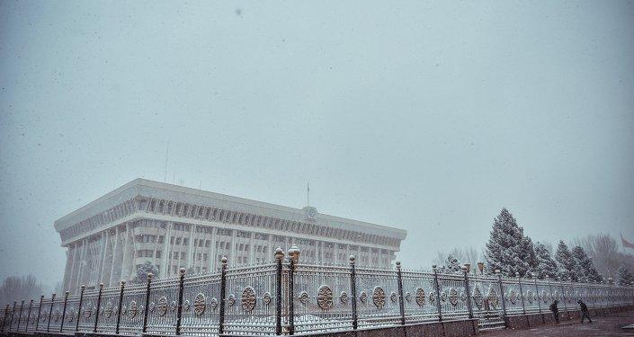 Жогорку Кеңештин имараты. Архивдик сүрөт