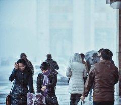 Горожане в первый день снегопада.