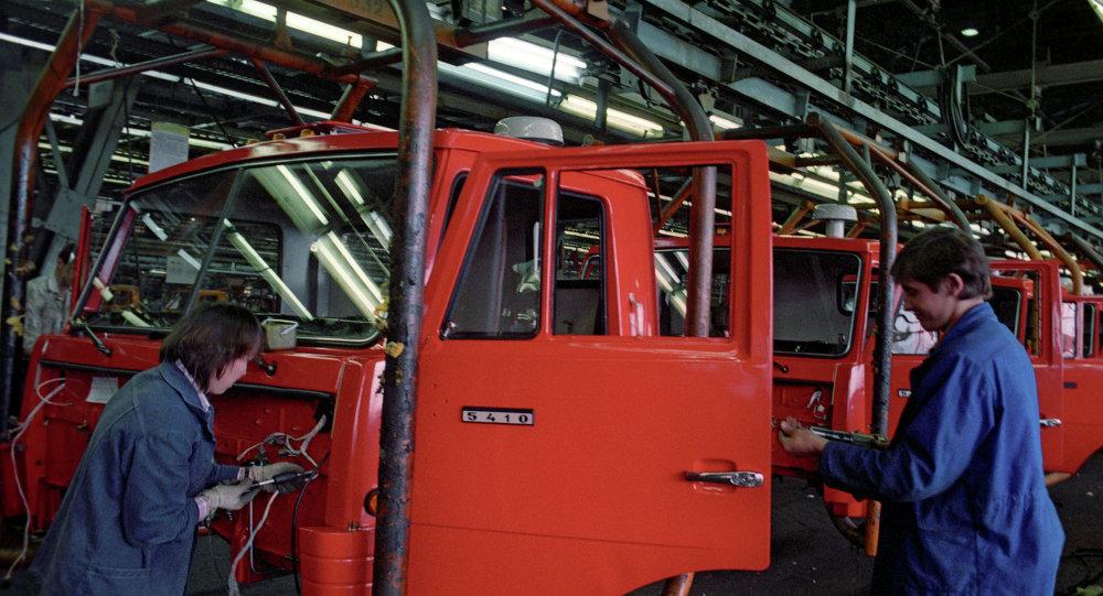 На главном конвейере Камского автомобильного завода