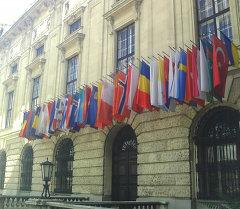 Флаги на фасаде офиса ОБСЕ