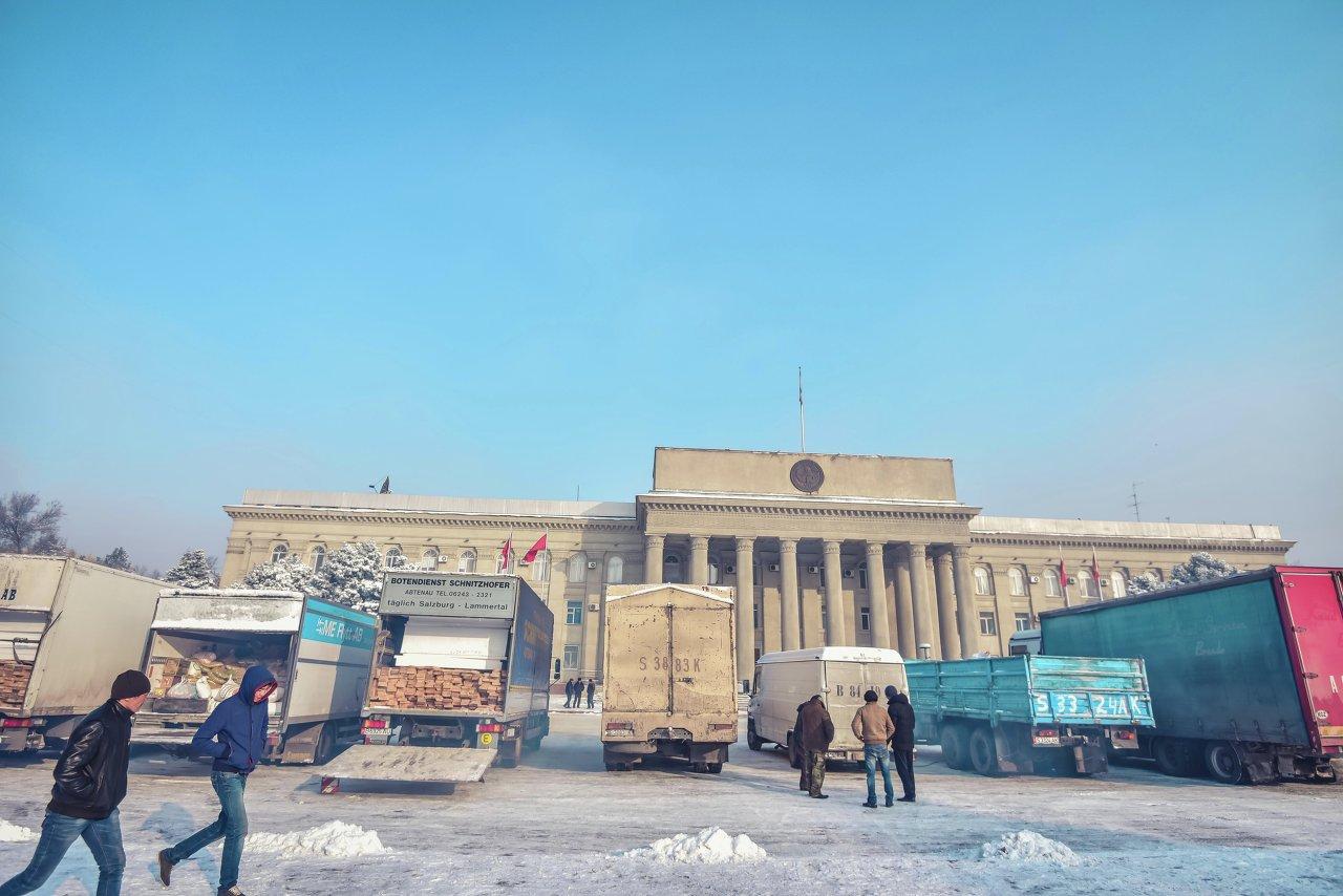 Все регионы Кыргызстана помогают пострадавшим от землетрясения на Иссык-Куле.