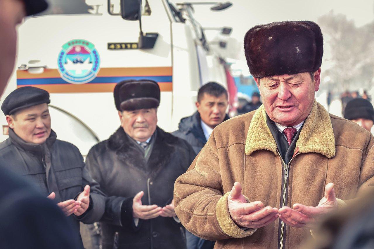 По традиции кыргызов аксакалы благословили отправку груза