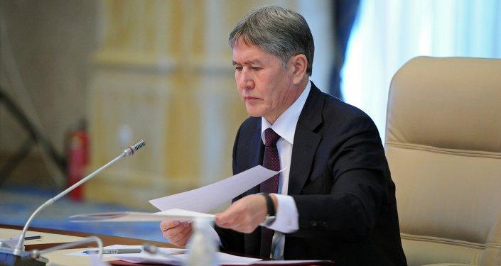 Президент Алмазбек Атамбаев подписал закон Об обмене кредитной информацией