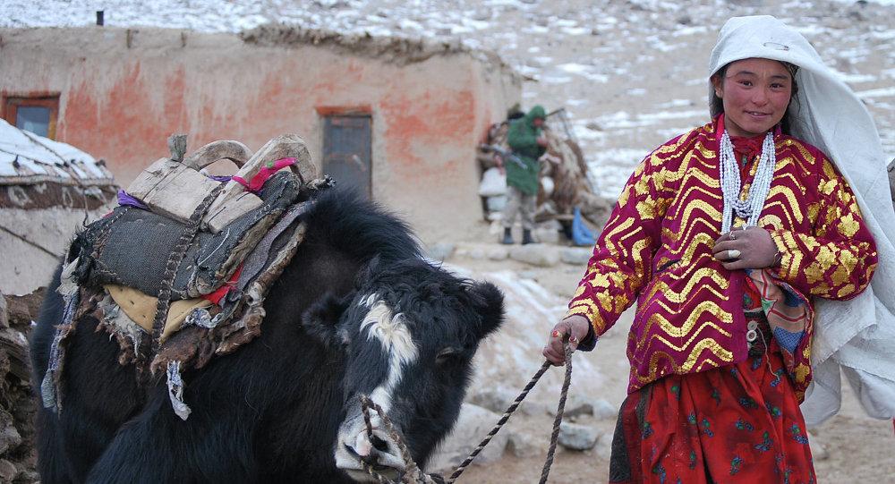 Памирская девушка с яком. Архивное фото