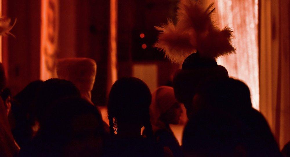 """Артисты фольклорно-этнографического ансамбля """"Камбаркан"""" перед выступлением"""