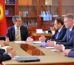 Джоомарт Оторбаев встретился с членом коллегии по таможенному сотрудничеству ЕЭК Владимиром Гошиным