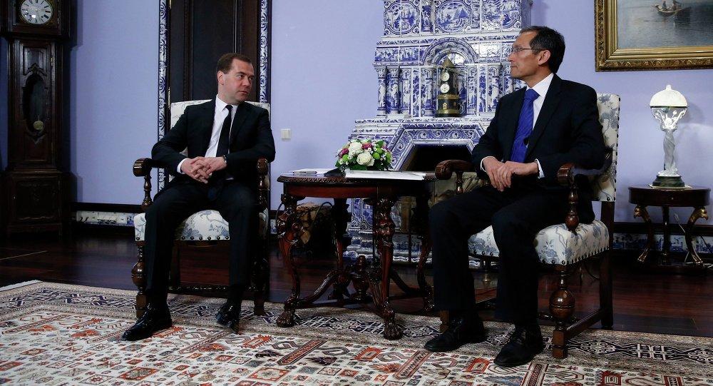 Д.Медведев встретился с Д.Оторбаевым