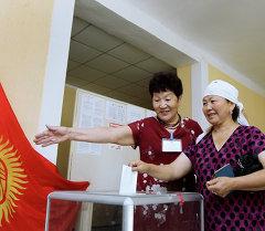 Избиратель во время выборов. Архивное фото