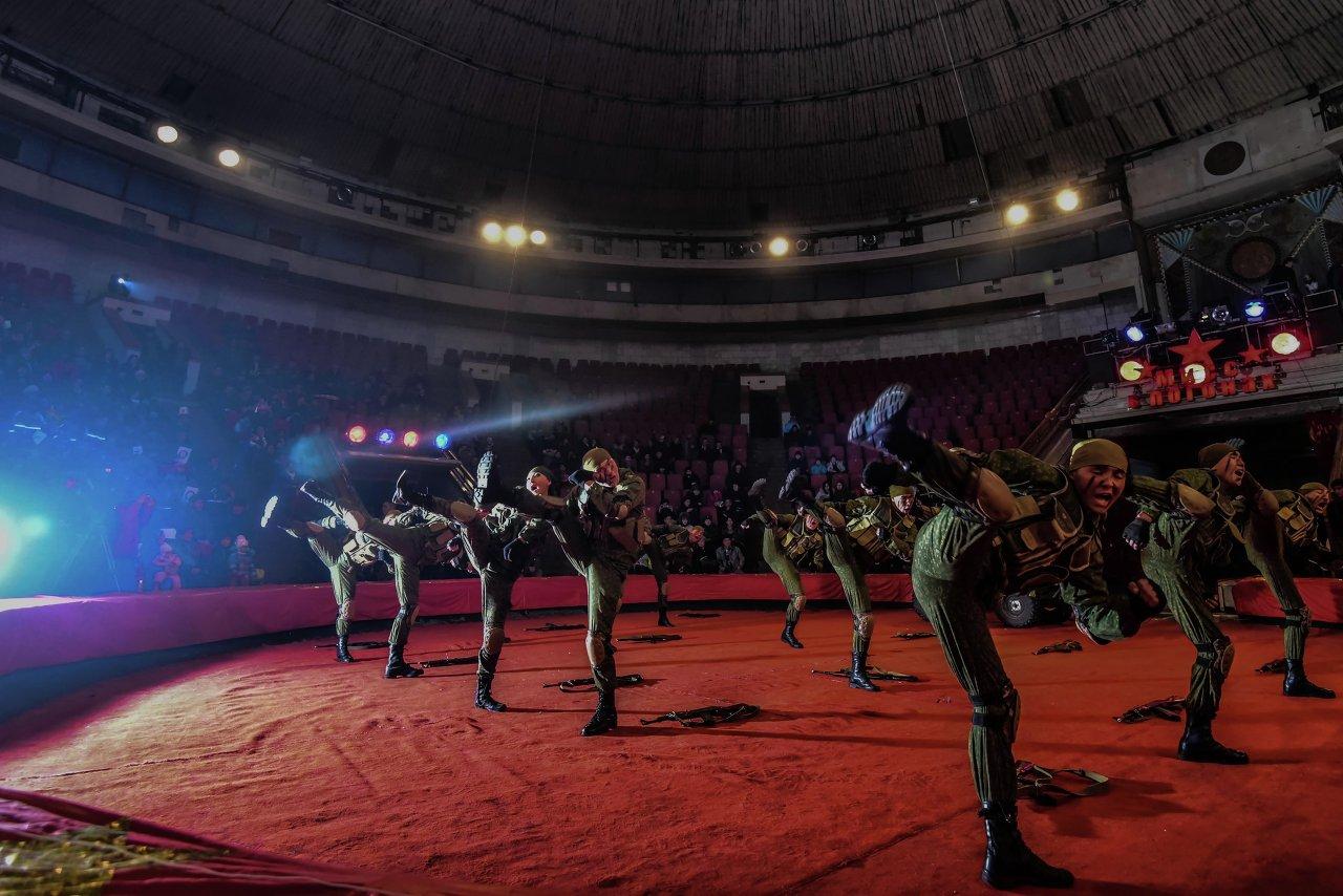 Бойцы демонстрируют приемы рукопашного боя