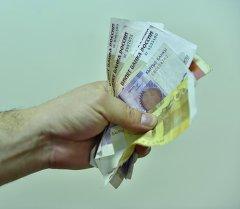 Деньги в руках у мужчины. Архивное фото