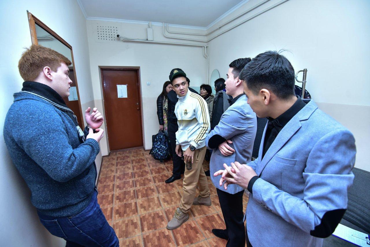 Последние репетиции в гримерной, команда из Алматы