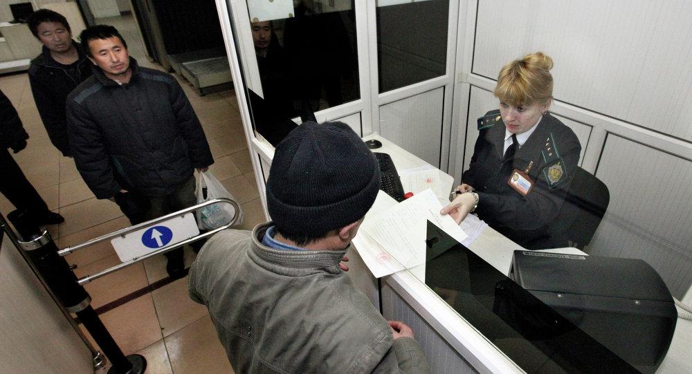 Выдворение иностранных граждан за пределы РФ судебными приставами