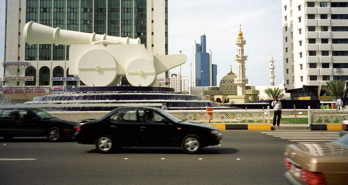 Пушка в центре фонтана на одной из улиц Абу-Даби