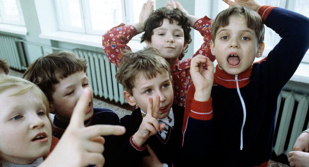На перемене в подготовительном классе для глухих детей